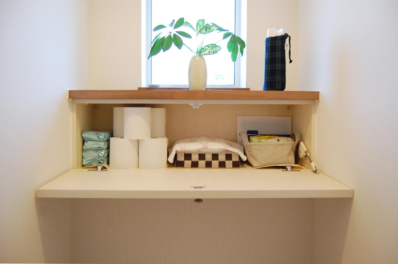 トイレの窓下にオリジナル収納を設置。上部は飾り棚に
