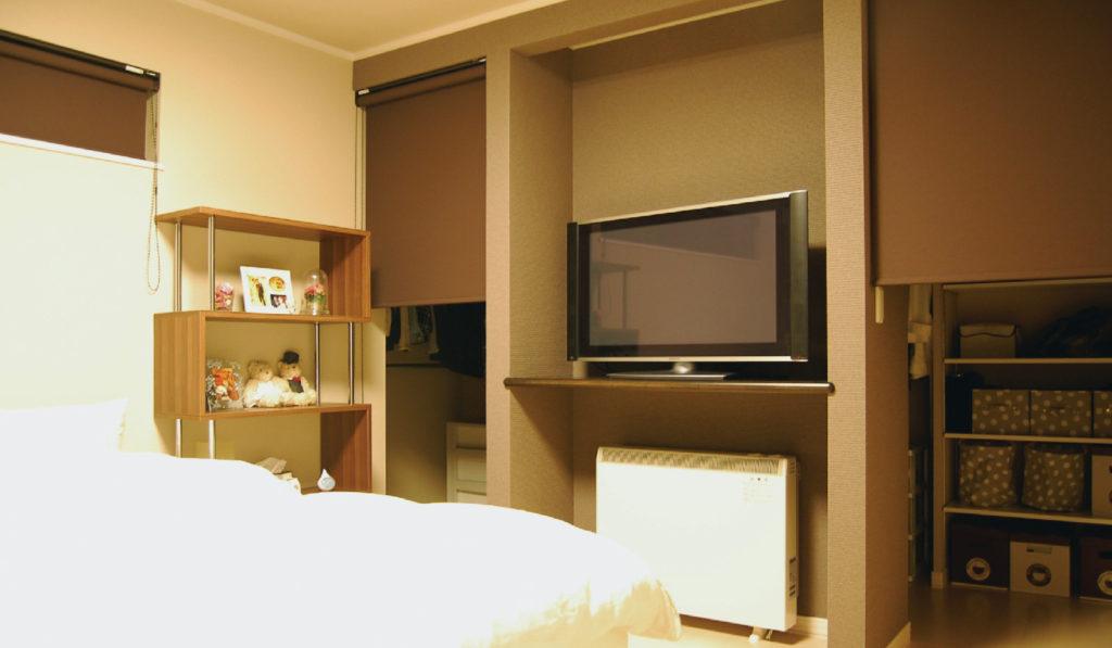 主寝室のTVカウンター背面は収納力抜群のツーウェイウォークインクローゼット。