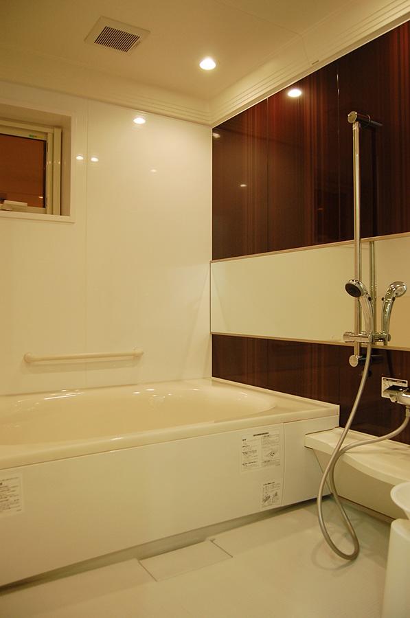 バスルームの照明もダウンライトでくつろぎの空間に。