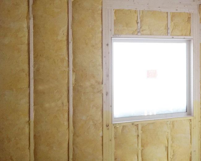 住宅構造の内側に施工された断熱材
