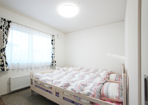 シーリングライトがで明るいベッドルーム