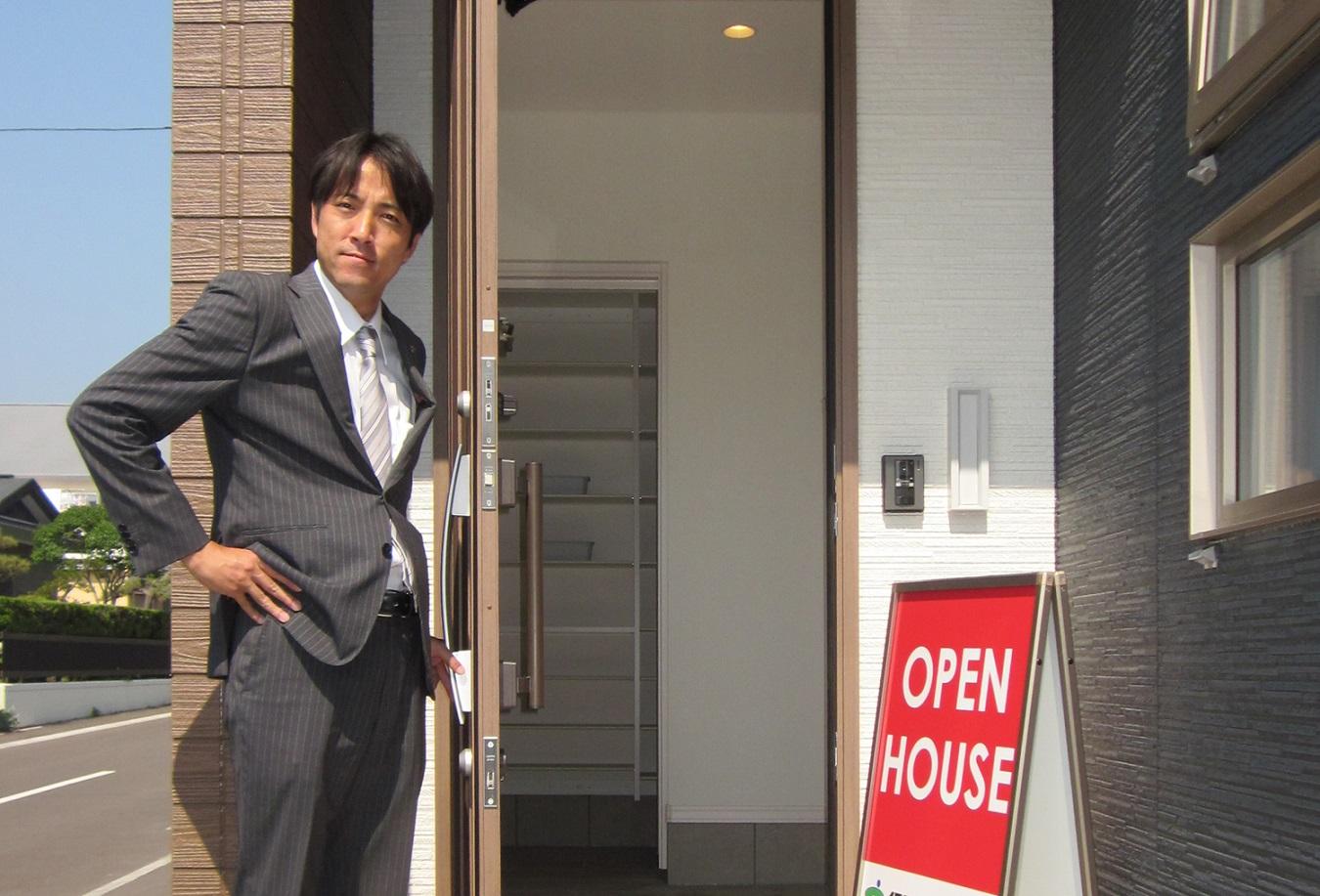オープンハウスを案内する担当者