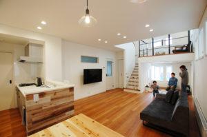 30代のご夫婦が建てたプラスαの寛ぎ空間があるスキップフロアの住まい