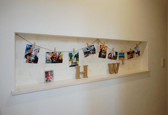 家族の写真や小物が飾られたニッチ